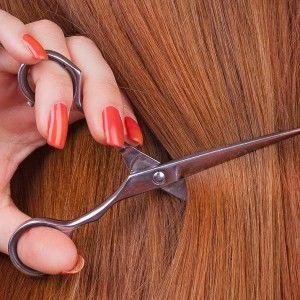 Девушка обрезает волосы