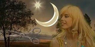 Девушка на фоне луны