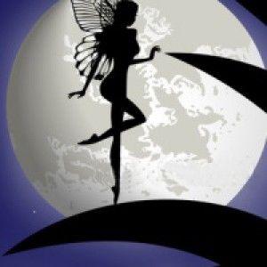 Дюймовочка на фоне луны