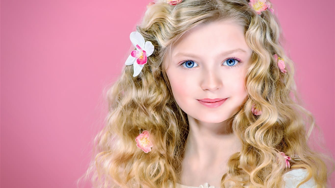 Cute-blonde-girl-curly-hair-blue-eyes-smile_1366x768-min