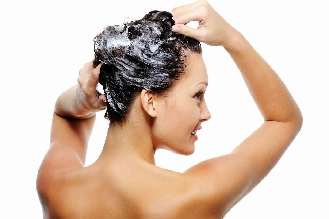 На сегодняшний день многих людей мучает вопрос о том, как избавится от перхоти на голове. Роскошные длинные пряди – это мечта любой девушки. Поэтому каждая женщина стремится ухаживать за своими волосами. Однако, наступает момент, когда на коже головы появляется перхоть. Перхоть забивает поры и, соответственно, воздух не может поступать в кожу головы. Вследствие чего начинается интенсивное выпадение волос.