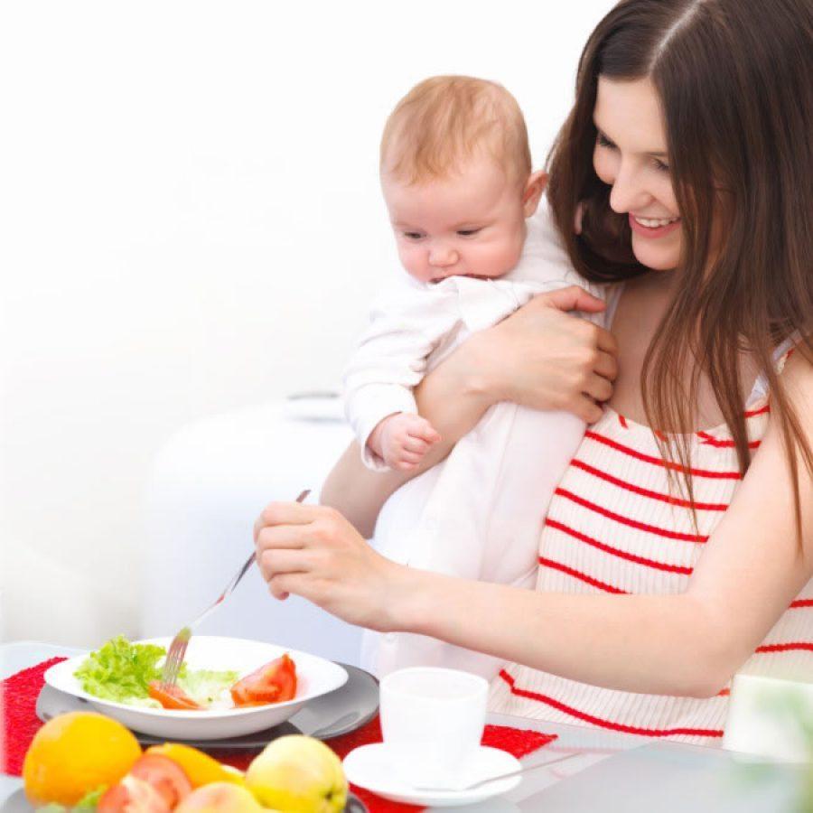 Молодая мама держит ребенка