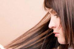 У девушки секущиеся волосы