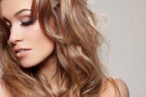 Кудри создаются из жгутов. Волосы нужно расчесать, и обработать пенкой.