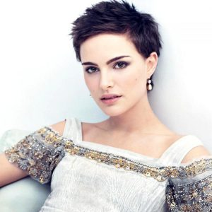 Красивая девушка с модной стрижкой