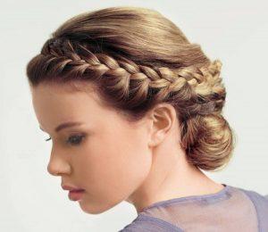 Женственно выглядит узкая коса, которая представлена в виде ободка