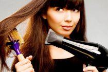 выпрямить волосы возможно с помощью круглой расчески и фена