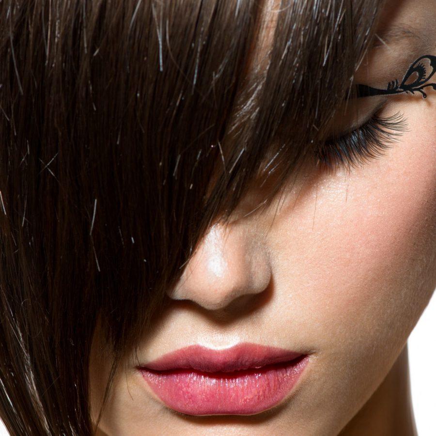 Чтобы косая челочка была создана правильно, необходимо придерживаться следующих этапов.