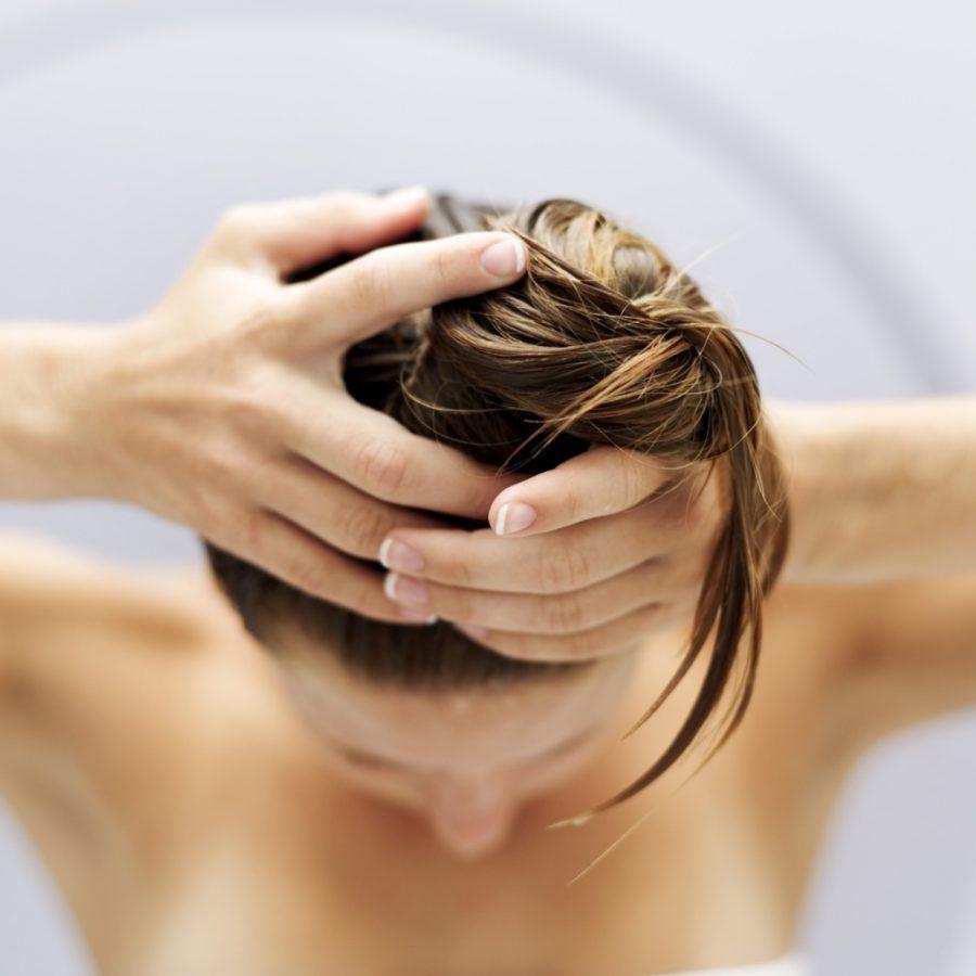 После мытья головы волосы не нужно сильно тереть полотенцем