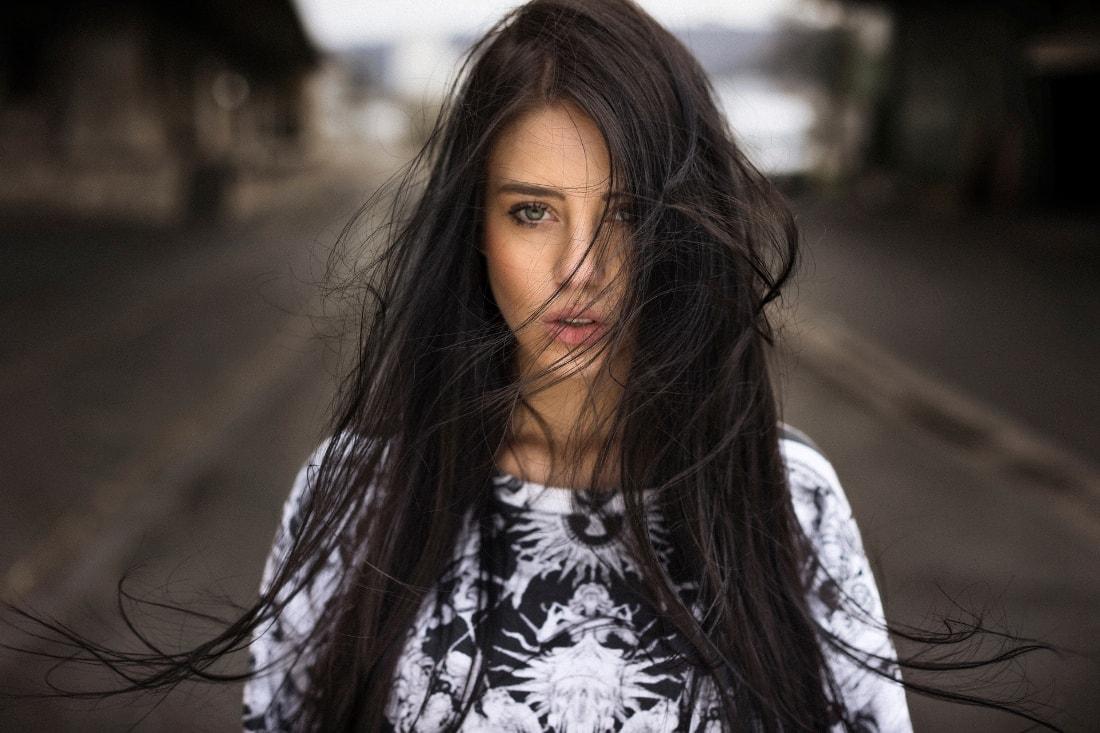 у-девушки-растрёпанные-волосы-min