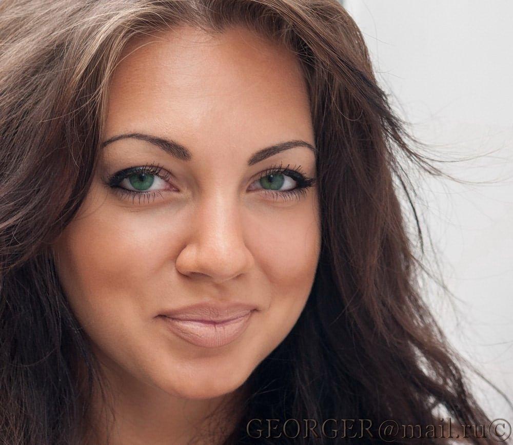 Какой цвет волос для зеленых глаз подойдет