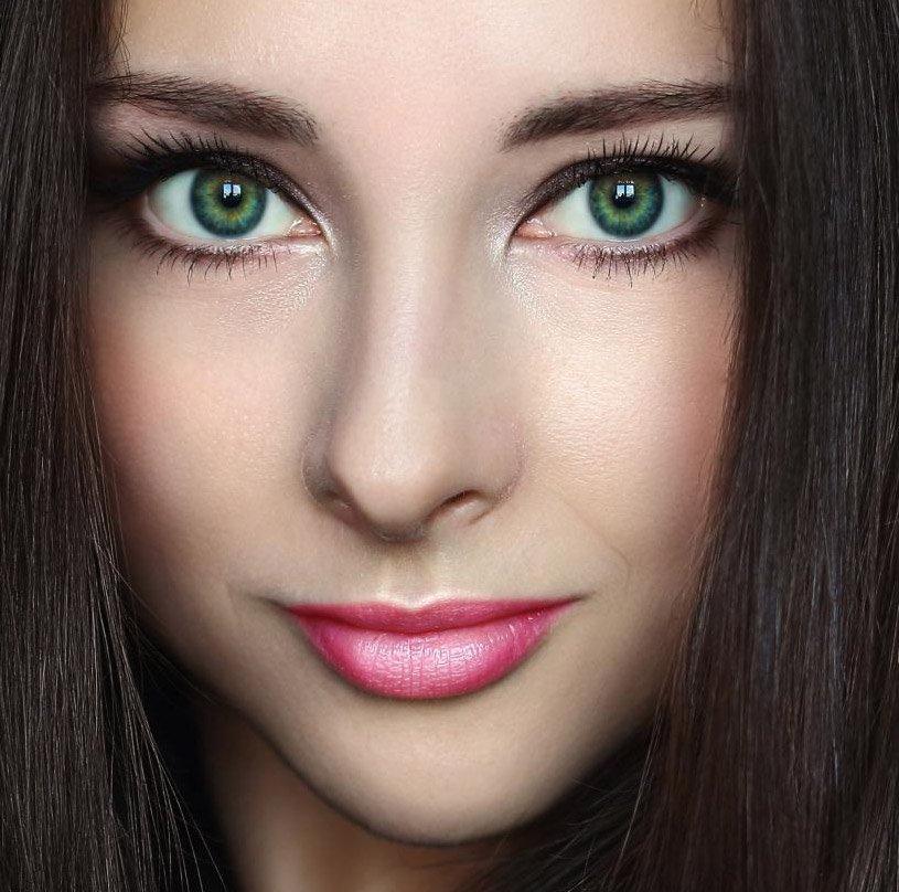 Брюнетка с длинными волосами зелеными глазами