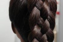 Для девочек на каждый день есть прическа из объемных кос. Смотрится укладка прекрасно. Для этого потребуется немного времени и практики.